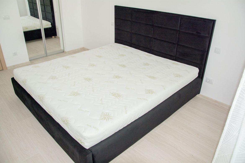 detali pat tapitat din stofa cu lada de depozitare 1