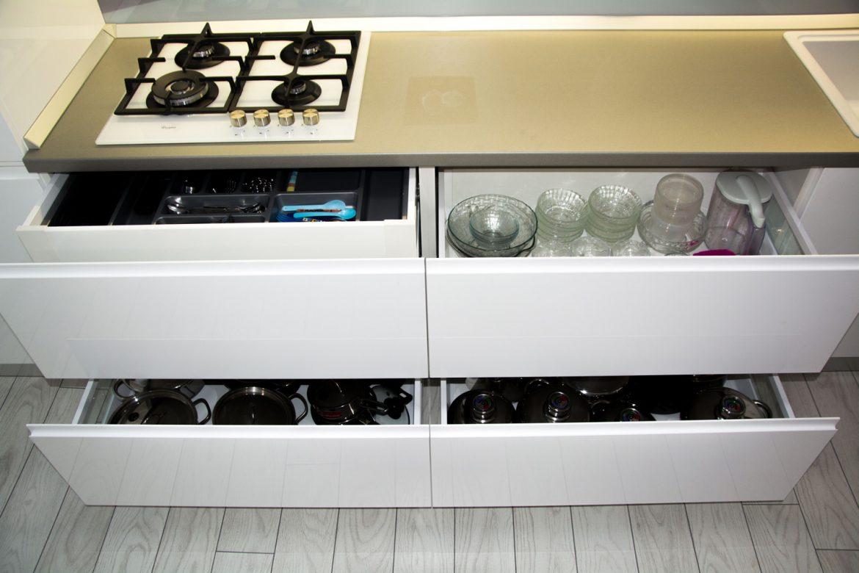detali sertare silentioase antaro blum cu inaltator sertar cu sticla si separator de tacamuri