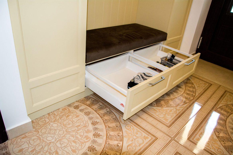 detali sertare silentioase cu inaltator sertar sticla si front din mdf vopsit crem mat ral 105