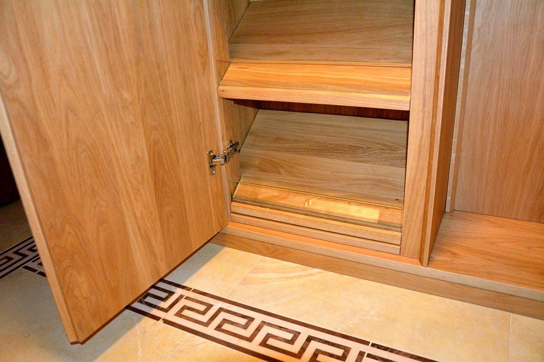 detaliu imbinare compartimentare interioara pantofar intre lemn masiv si sticla