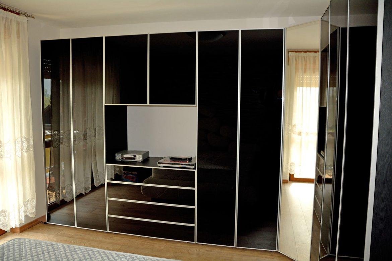 dormitor cu usi din rame aluminiu cu sticla vopsita neagra si folie protectoare2