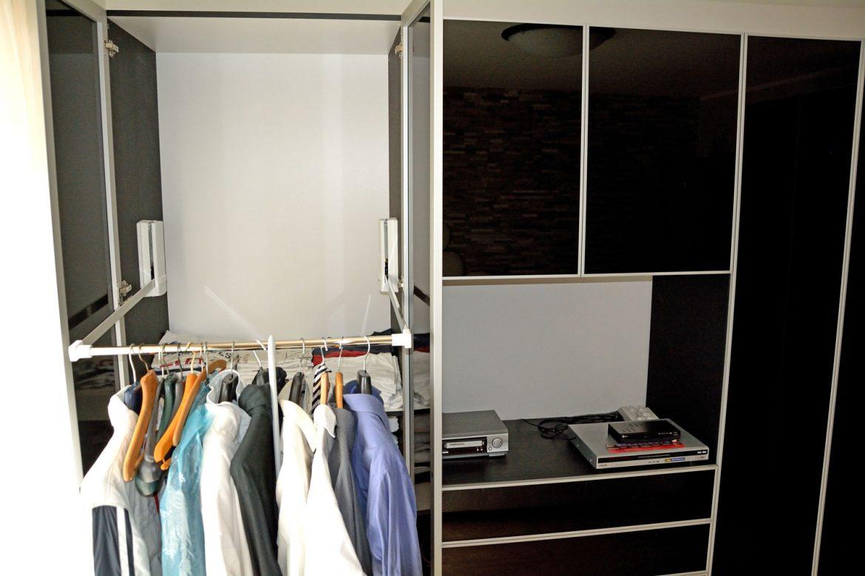dormitor cu usi din rame aluminiu cu sticla vopsita neagra si folie protectoare4