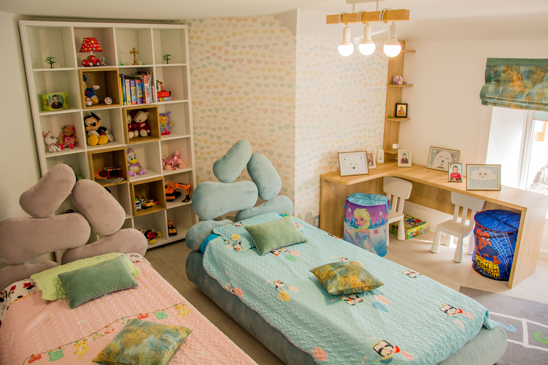 dormitor modern cu pat tapitat si birou pe colt din stejar