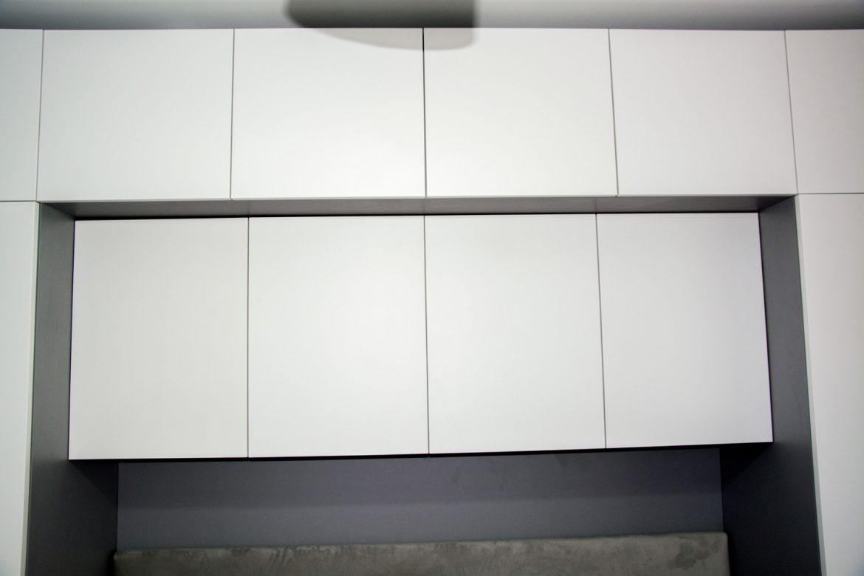 dulapuri deasupra patului cu usi din pal