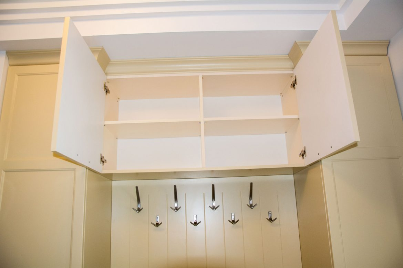 interior dulap suspendat cu fronturi din mdf vopsit crem mat ral 1015