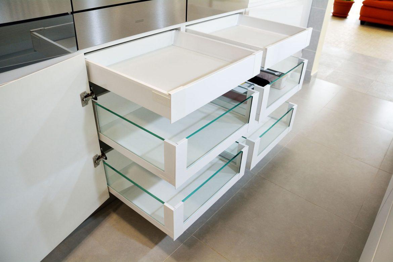 4 sertare silentioase cu amortizare Legrabox Blum cu inaltatoare sertar cu sticla 2 sertareAntaro Blum balamale silentioase Blum