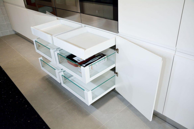 4 sertare silentioase cu amortizare Legrabox Blum pentru compartimentarea interioara cu 2 sertare cu amortizare Antaro Blum balamale silentioase Blum