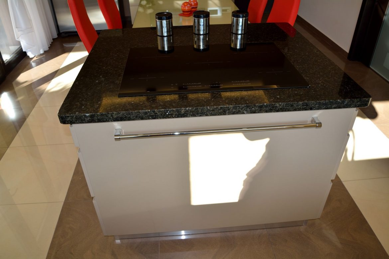 Bucatarie Moderna cu Usi din MDF Vopsit Ral 1019 Capucino Mat si NCS S 0804 Y30 R Suport pentru Prosoape