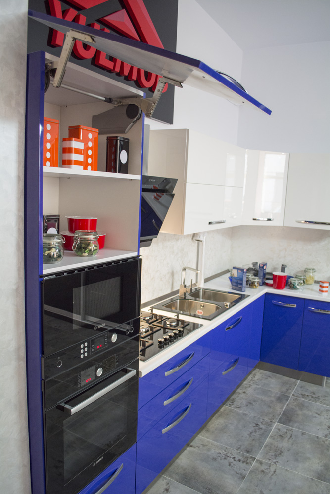 Bucatarie Showroom YULMOB MDF Vopsit Lucios Albastru si Alb Lucios Sistem de Ridicare Aventos HS