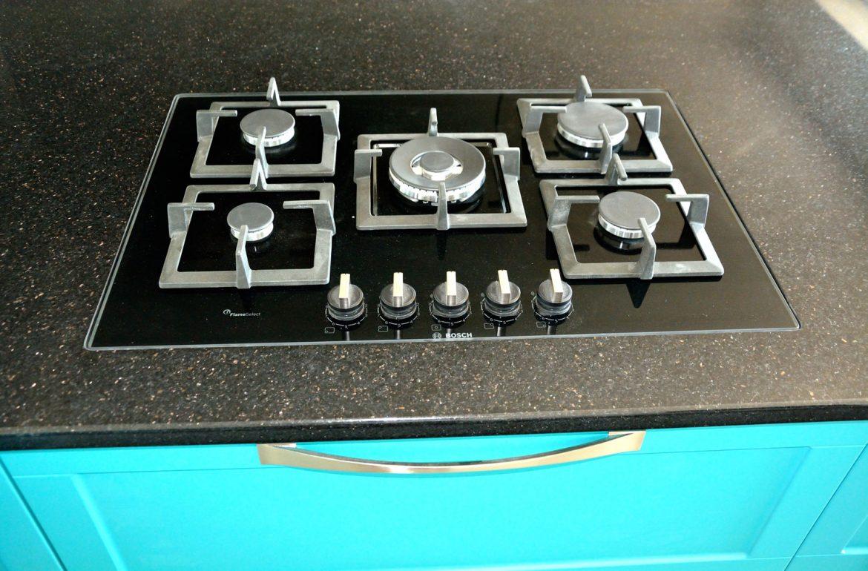 Bucatarie cu Usi din MDF vopsit Ral 5018 Turquise Mat cu Ral 9003 Alb Mat Frezare A100011