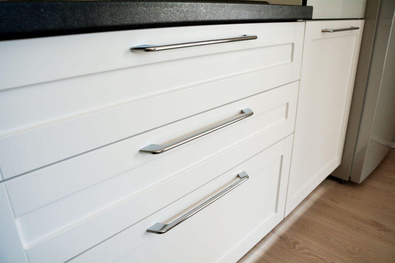 Bucatarie cu usi din MDF vopsit alb mat cu frezare A1 si sertare silentioase cu amortizare Blum