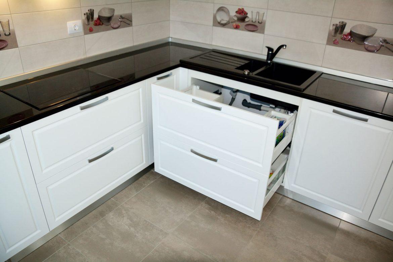 Bucatarie cu usi mdf vopsit alb mat RAL 9003 cu frezare adanca A62P sertare silentioase Blum blat granit negru si interior pal alb