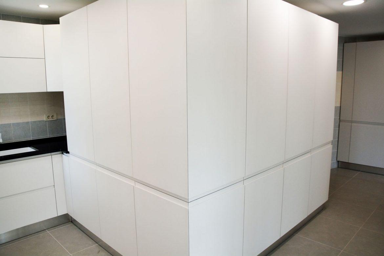 Bucatarie la comanda Yulmob Bacau cu 15 coloane usi MDF vopsit alb mat RAL 9003 cu frezare manere plinta picioare PVC electrocasnice incorporabile interior MDF melaminat alb