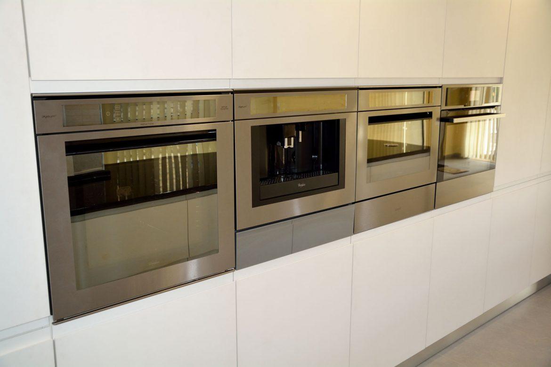 Bucatarie la comanda cu usi MDF vopsit RAL 9003 alb mat cu frezare manere 3 cuptoare electrice incorporabile espresor cafea incorporabil sertar termic incastrabil