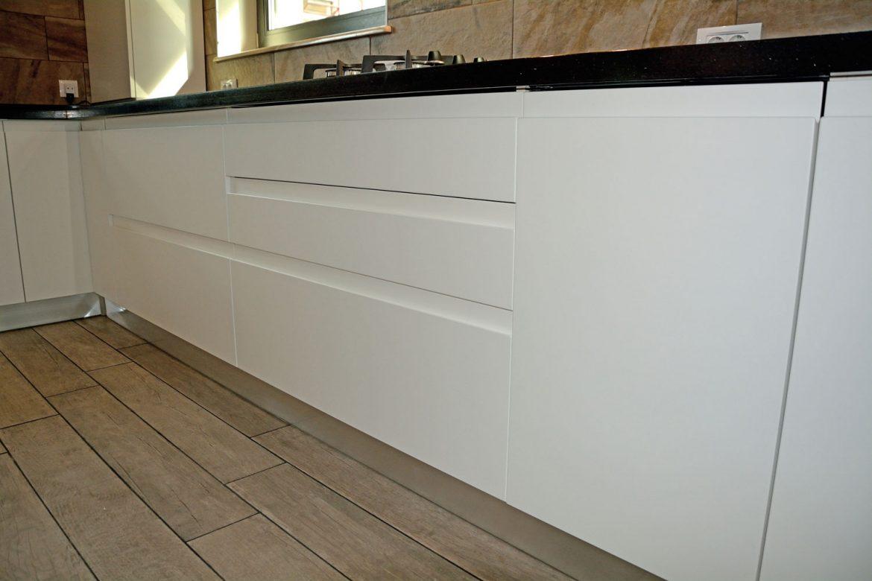 Bucatarie moderna cu Usi din MDF vopsit Alb Mat Ral 9003 cu frezare manere.jpg10