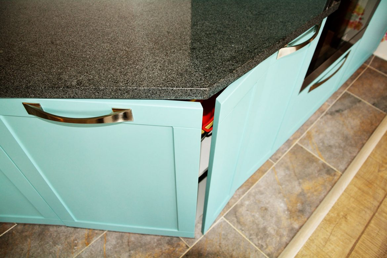 Bucatarie moderna cu usi MDF vopsit RAL 6034 verde deschis mat cu frezare usi A1 blat granit imbinare usi la 135 grade