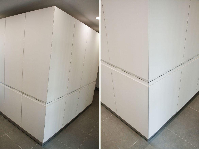 Bucatarie moderna cu usi frezare manere din MDF vopsit alb mat RAL 9003 detaliu inchidere colt plinta picioare din PVC