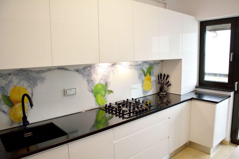 Bucatarie moderna la comanda cu usi MDF RAL 9003 alb lucios placare perete cu sticla securizata printata electrocasnice Bosch incorporabile blat granit negru Galaxy