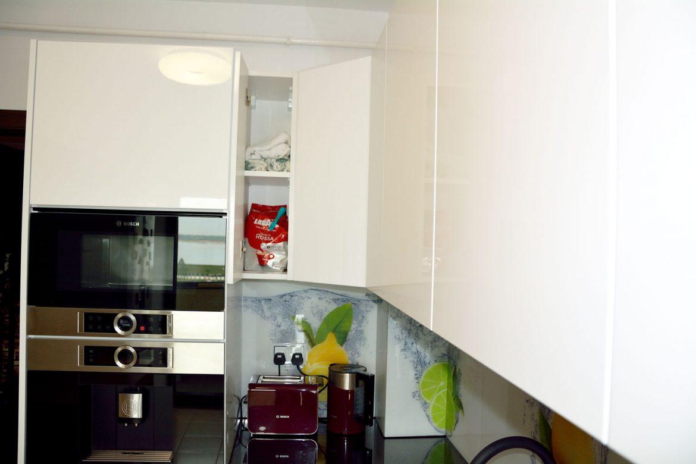 Bucatarie moderna la comanda cu usi MDF vopsit RAL 9003 alb lucios expresor Bosch CTL636ES1 cuptor cu microunde incorporabil Bosch BFL634GS1