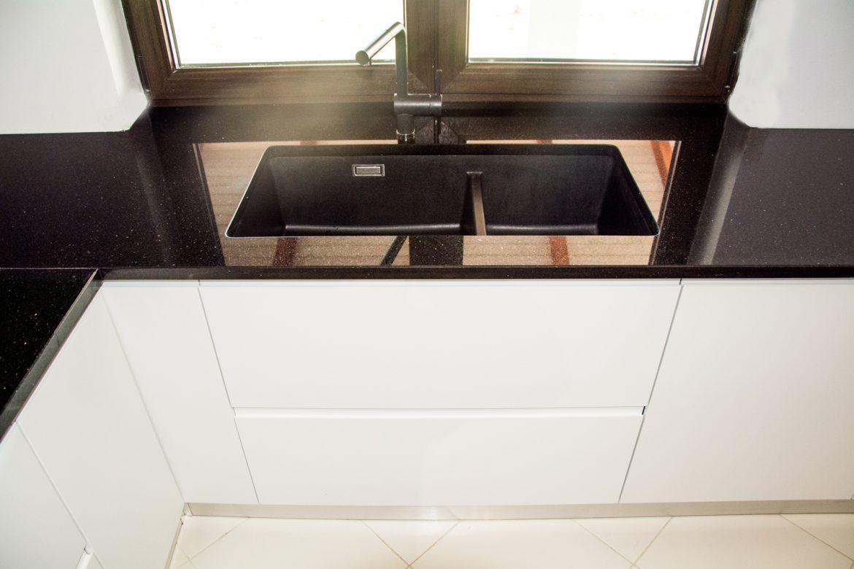 Bucatarie moderna la comanda cu usi din MDF vopsit alb mat cu frezare maner RAL 9003 sertare cu amortizare antaro