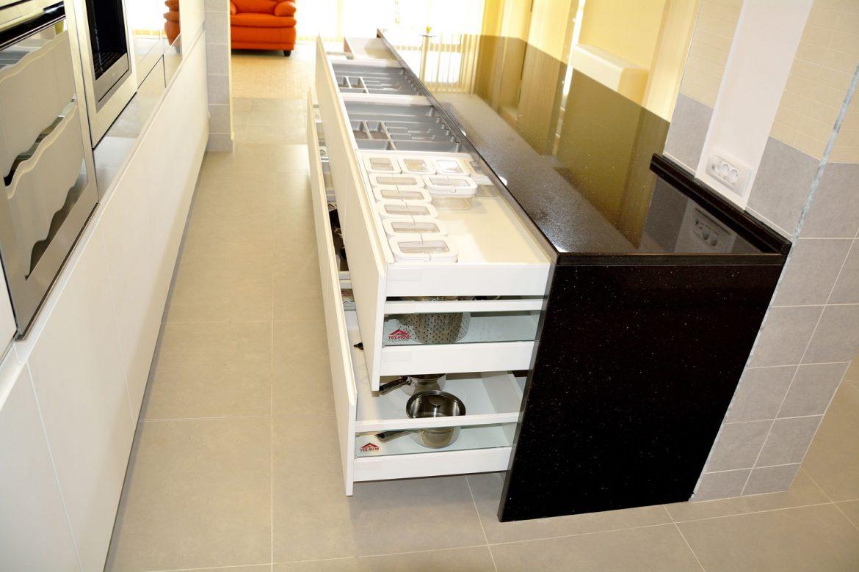 Corp mobilier tip insula cu sertare silentioase cu amortizare Antaro Blum inaltatoare sertar cu sticla sertare mascate cu tavite pentru tacamuri din PVC