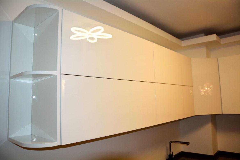 Corpuri suspendate cu etajere laterale la rotund realizate din MDF vopsit RAL alb lucios 9003 sertare silentioase cu frezare manere cu deschidere sistem Aventos Blumjpg