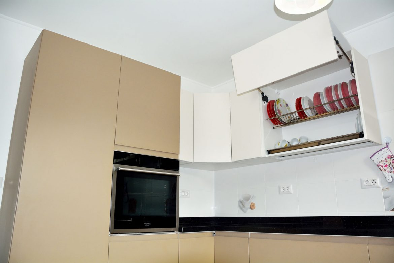 Coruri mobilier bucatarie la comanda cu usi MDF vopsit lucios RAL 1019 Cappuccino cu frezare manare deschidere sistem Aventos Blum scurgator vase inox interior pal alb