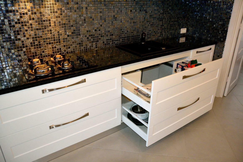 mobilier-bucatarie-realizata-din-mdf-vopsit-mat-ral-9003-pe-comanda-cu-frezare-usi-yulmob-si-electrocasnice-incorporabile-si-blat-din-granit-negru-galaxy