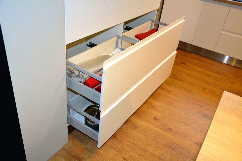 mobila-bucatarie-realizata-la-comanda-din-mdf-vopsit-mat-alb-ral-9003-si-gri-inchis-mat-ral-7011-cu-frezare-maner-si-electrocansnice-incorporabile