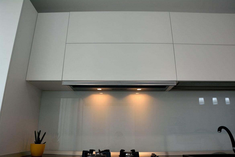 mobilier-modern-bucatarie-realizata-din-mdf-vopsit-alb-mat-ral-9003-cu-electrocasnice-incorporabile-sertare-cu-amortizare-blum-plinta-de-apa-din-aluminiu