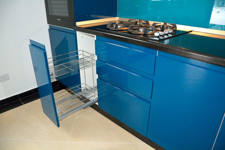 mobila-bucatarie-realizata-din-mdf-vopsit-albastru-ral-5020-si-ral-alb-9003-cu-electrocasnice-incorporabile