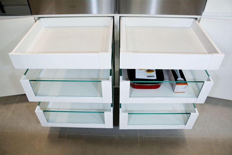 Detaliu 4 sertare silentioase cu inaltator sertar cu sticla Legrabox Blum si 2 sertare cu amortizare Antaro Blum