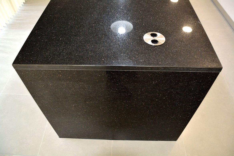 Detaliu blat de 30 mm granit negru model Galaxy montat pe insula bucatarie la comanda cu priza deschisa rotunda pe blat