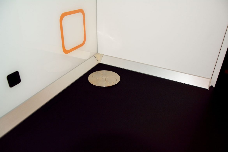 Detaliu blat termorezistent Egger model Marmura Marmara U899 ST9 cu priza inox inchisa pe blat plinta apa din PVC