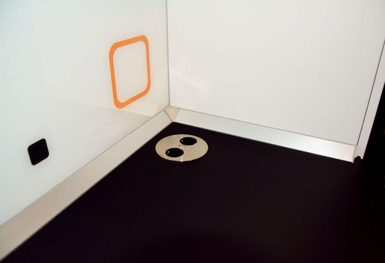 Detaliu blat termorezistent Egger negru 0190 RS cu priza inox deschisa montata pe blat plinta apa din PVC perete placat cu sticla securizata printata