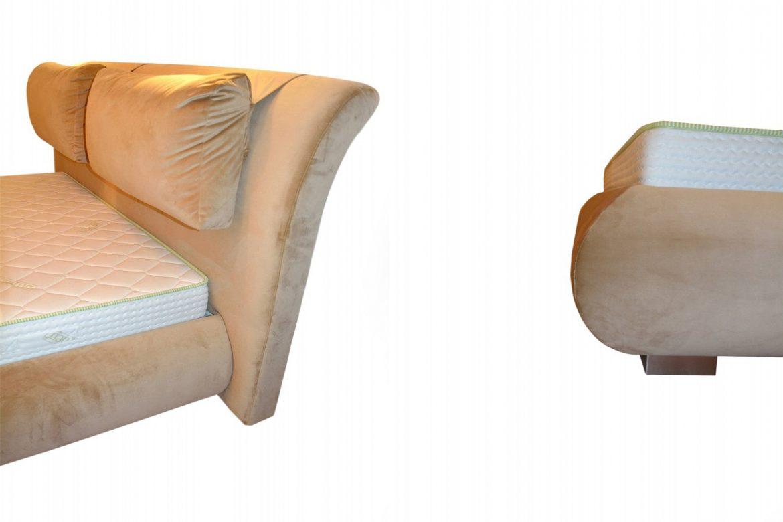 Detaliu cadru pat tapitat Palma in stofa crem French Velvet cod 675 cu picioare din inox lucios pentru rezistenta min 1