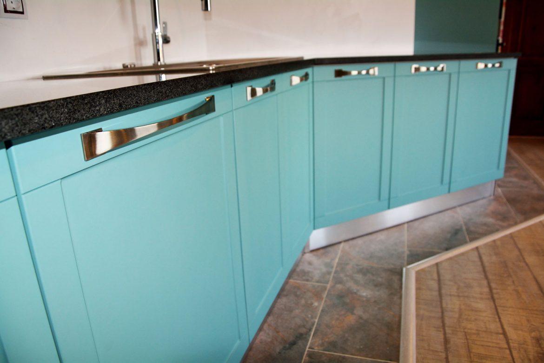 Detaliu fronturi MDF vopsit RAL 6034 verde deschis mat cu model frezare A1 blat granit gri granulat plinta picioare PVC manere satinate