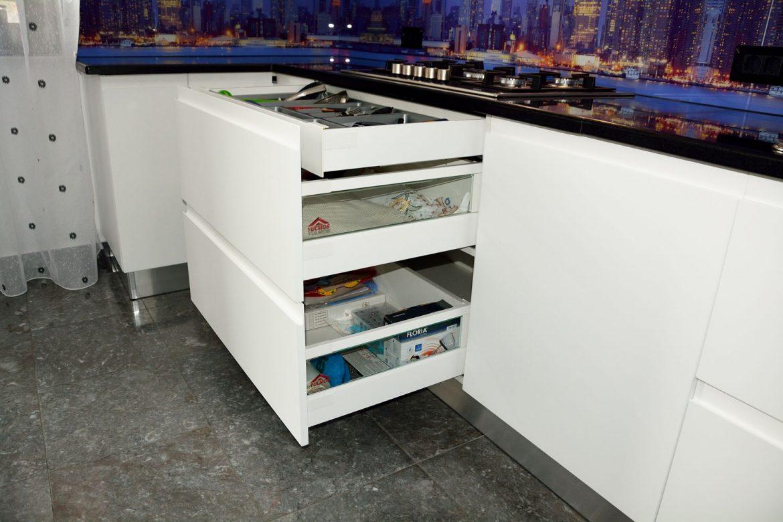 Detaliu sertare silentioase cu amortizare Antaro Blum inaltatoare sertar cu sticla sertar ascuns cu tavita PVC tacamuri usi MDF vopsit alb mat RAL 9003 cu frezare manare
