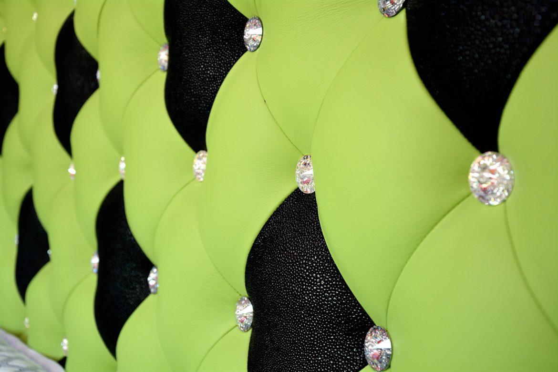 Detaliu tablie pat tapitat in piele bovina naturala si butoni cristal swarovski