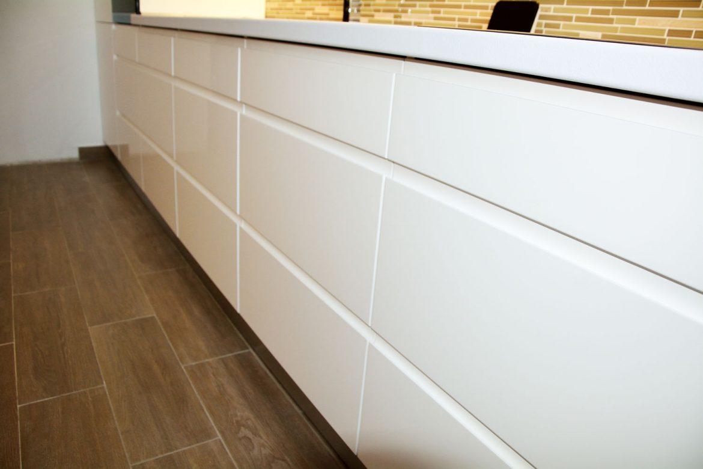 Detaliu usi MDF vopsit RAL 9003 alb lucios cu frezare manere sertare silentioase cu amortizare Antaro Blum plinta picioare PVC