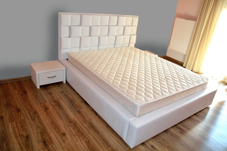 Dormitor accesorizat cu pat tapitat cu lada depoitare in intregime in piele ecologica alba cu 2 noptiere albe min
