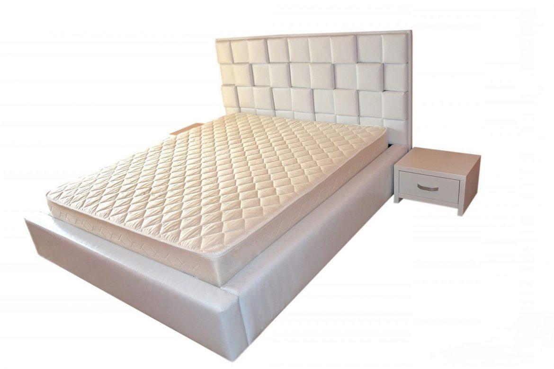 Dormitor accesorizat cu pat tapitat in intregime in piele ecologica alba cu 2 noptiere albe min