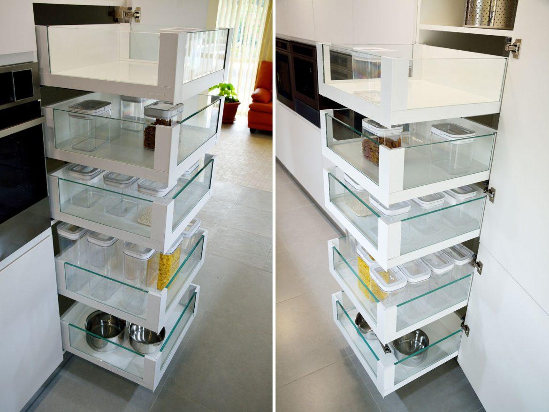 Dulap provizii Space Tower Blum cu acces din trei parti cu inaltatoare sertar cu sticla deschidere sertare individual extrageri stabile pentru provizii grele