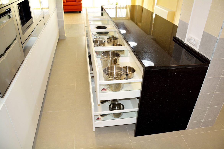 Insula bucatarie moderna la comanda cu sertare silentioase cu amortizare Antaro Blum inaltatoare sertar cu sticla interior MDF melaminat alb