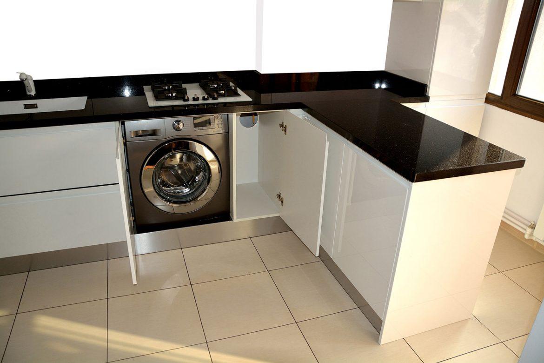 Masina de spalat rufe incastrata in corp de mobilier bucatarie moderna