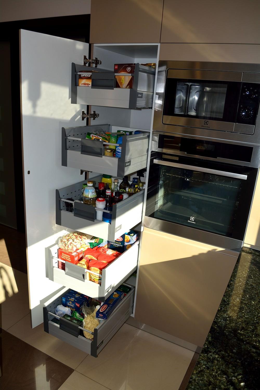 Mobil de Bucatarie Moderna cu Usi din MDF Vopsit Ral 1019 Capucino Mat si NCS S 0804 Y30 R Coloana cu cinci Sertare pentru Depozitare Alimentelor