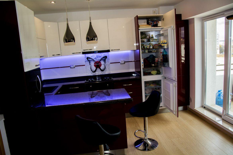 Mobila Bucatarie Moderna realizata din Mdf Vopsit Alb Ral 9003 si Rosu Bordo cu frigider Incastrabil 1 1