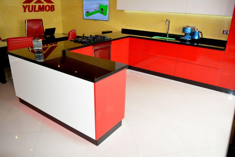 Mobila Bucatarie Showroom Yulmob din MDF Vopsit Rosu Ferrari Ral 3020 cu Alb Lucios Ral 9003 echipata cu Servo Drive Blat Granit Negru de 40 mm