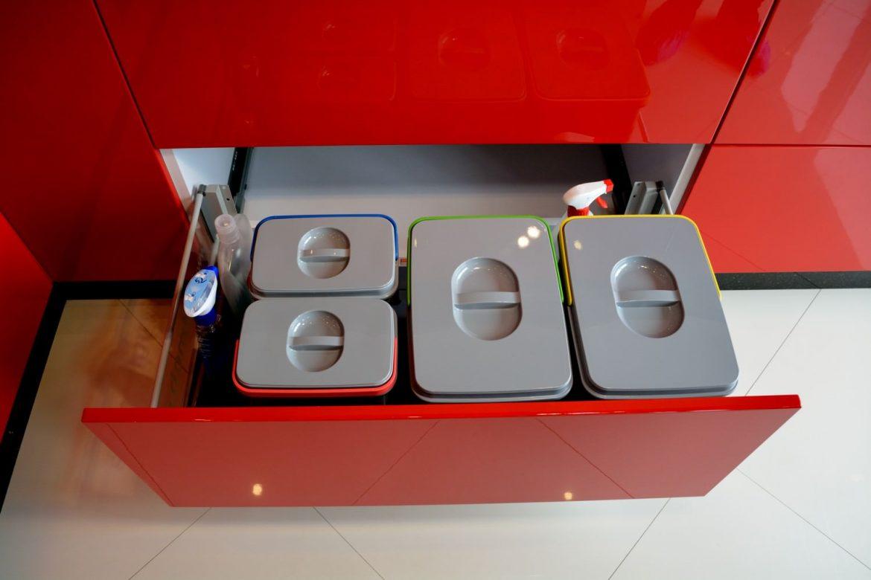 Mobila Bucatarie Showroom Yulmob din MDF Vopsit Rosu Ferrari Ral 3020 cu Alb Lucios Ral 9003 echipata cu Servo Drive Cos de Gunoi ecologic
