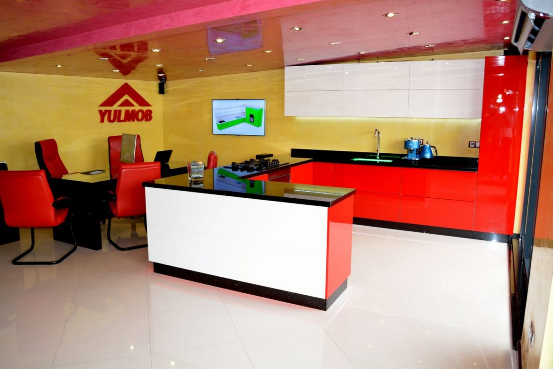 Mobila Bucatarie Showroom Yulmob din MDF Vopsit Rosu Ferrari Ral 3020 cu Alb Lucios Ral 9003 echipata cu Servo Drive Mobila la comanda Bacau